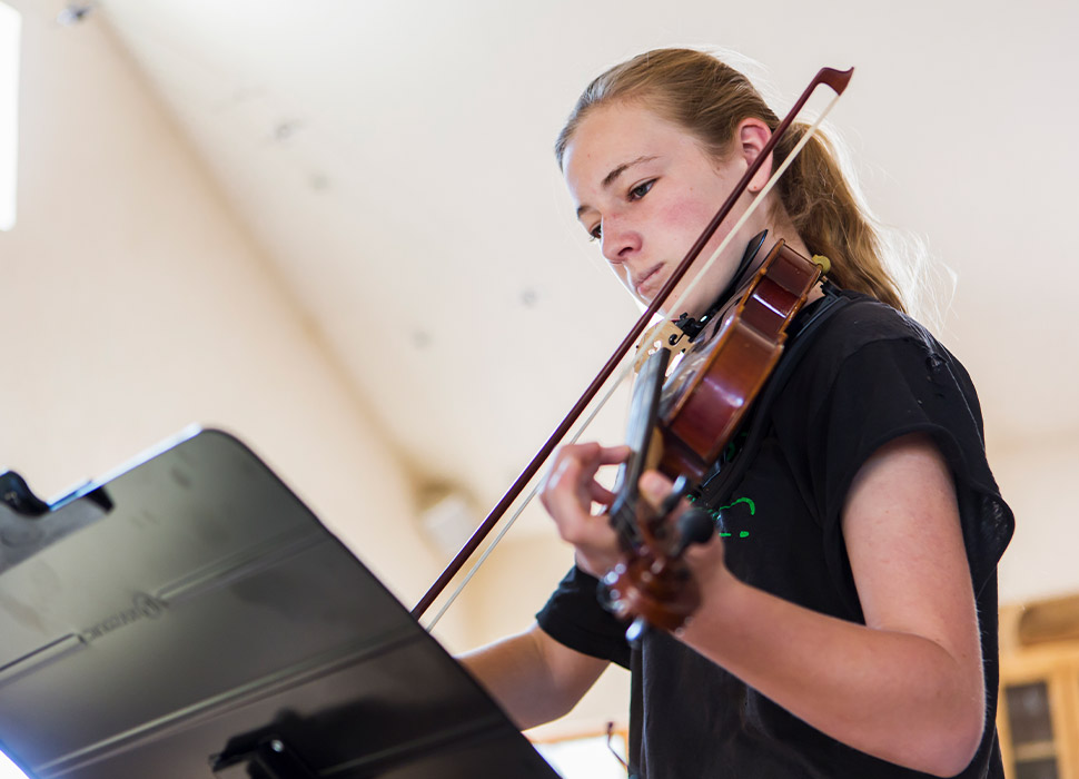 girl-plays-the-viola